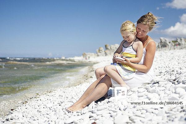 sitzend Felsen Strand Tochter Mutter - Mensch