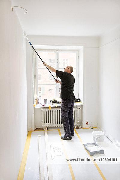 Mann Zimmer streichen streicht streichend anstreichen anstreichend