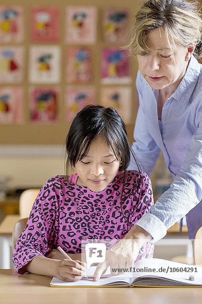 Hilfe Lehrer Klassenzimmer Mädchen