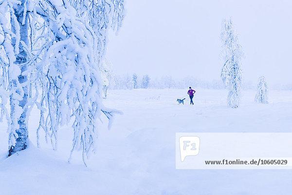 Frau Winter rennen Hund