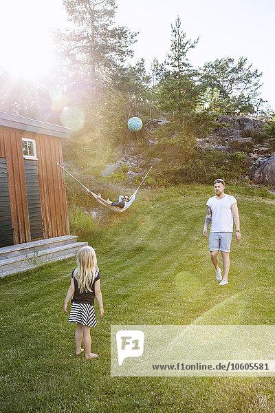 Menschlicher Vater Garten Tochter spielen