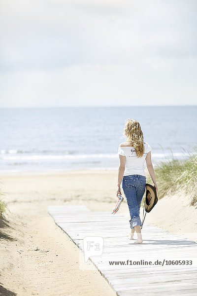 junge Frau junge Frauen gehen Strand Meer Hintergrund