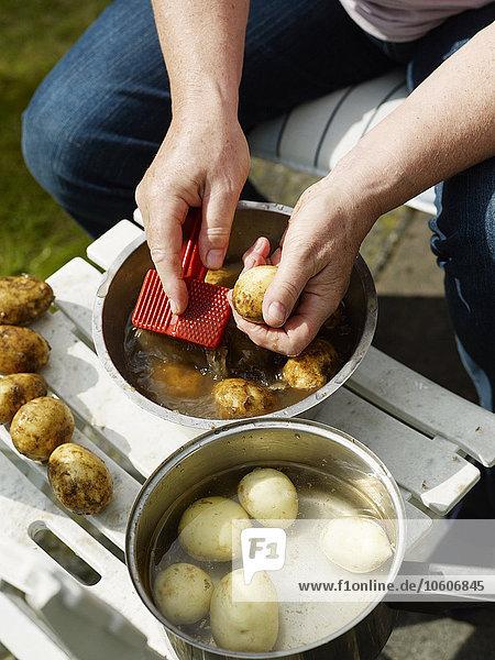 Frau waschen Kartoffel