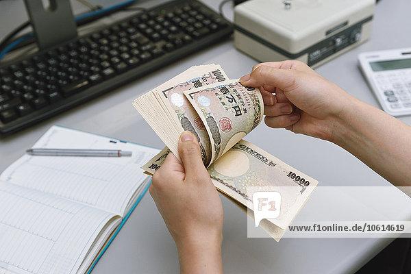 Frau zählen Rechnung Teamwork 10 japanisch Yen