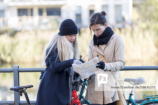 Frau sehen Landkarte Karte Fahrrad Rad
