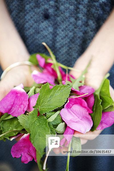 Mittlerer Ausschnitt Frau halten Blütenblatt