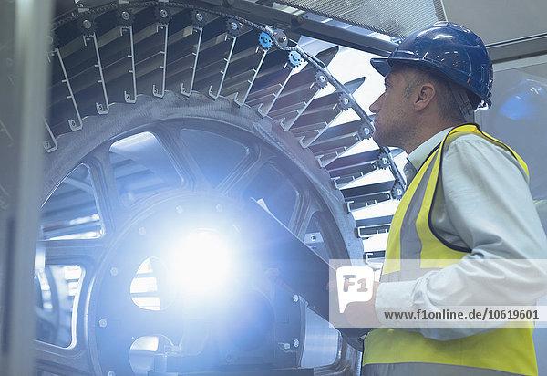 Supervisor mit Klemmbrettprüfmaschine in der Druckerei