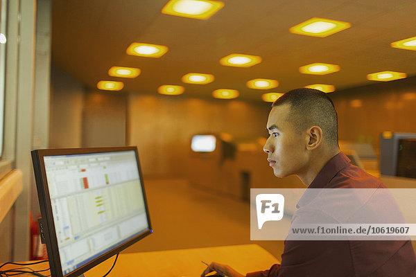 Ingenieur am Computer im Kontrollraum der Fabrik