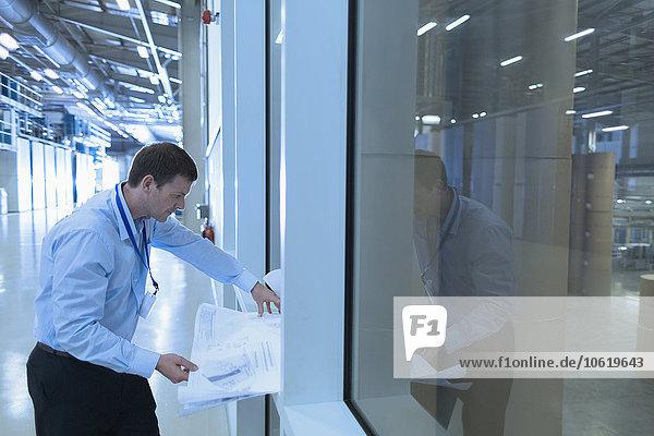 Ingenieur bei der Überprüfung von Bauplänen in der Fabrik