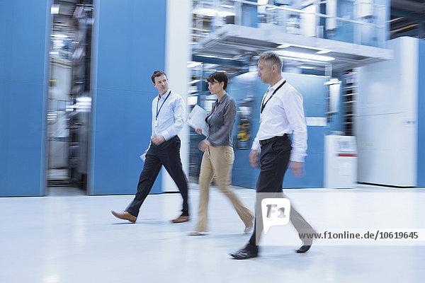 Arbeiter  die in der Fabrik spazieren gehen