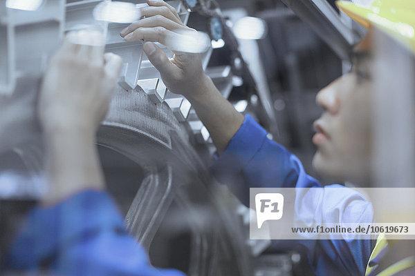 Ingenieur Reparatur von Maschinen in der Fabrik