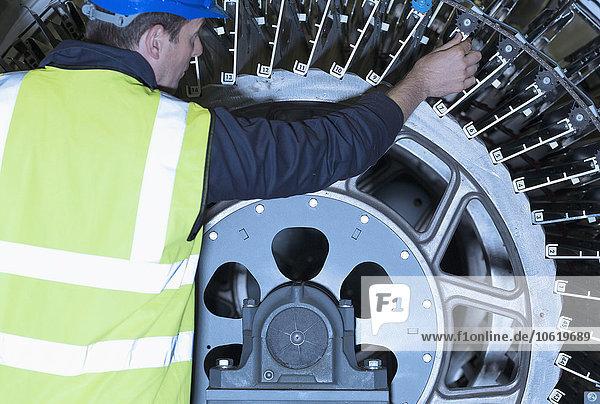 Ingenieur bei der Untersuchung von Druckmaschinenmaschinen