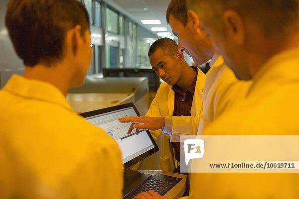 Ingenieure rund um den Computer in der Fabrik
