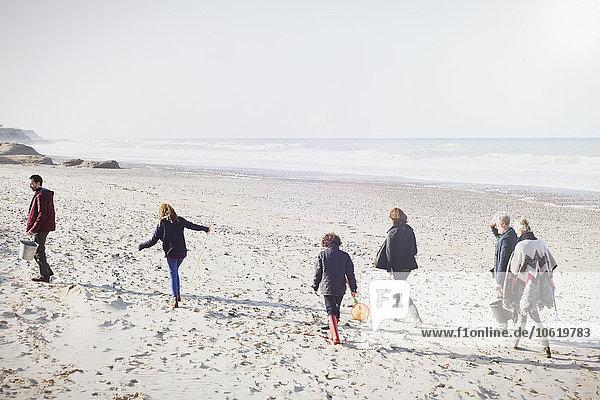 Mehrgenerationen-Familienwanderung am sonnigen Strand