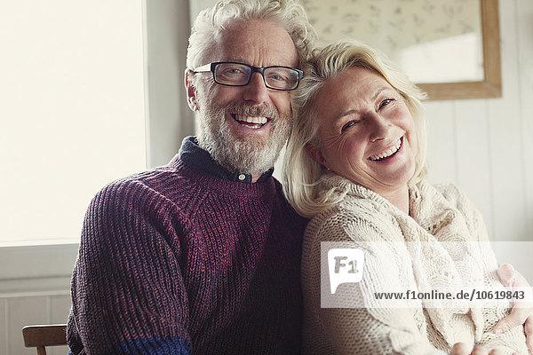 Portrait lachendes Seniorenpaar umarmend