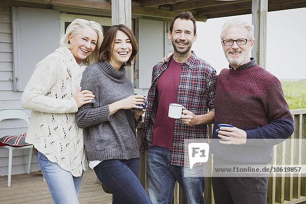 Portrait lächelnde Paare beim Kaffeetrinken auf der Veranda