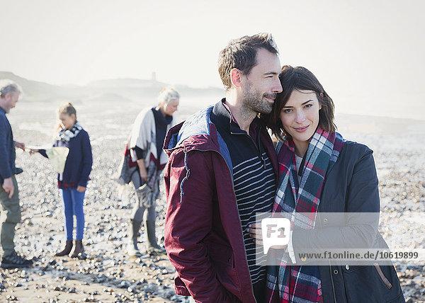 Porträt eines Paares am sonnigen Felsenstrand
