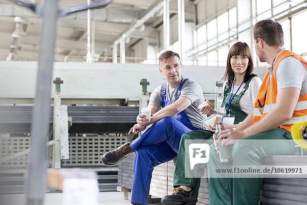 Arbeiter genießen Kaffeepause in der Fabrik
