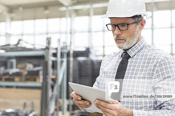 Ingenieur mit digitalem Tablett in der Fabrik