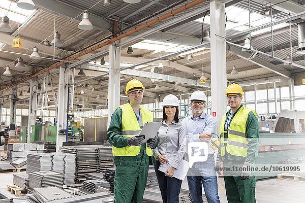 Portrait selbstbewusste Ingenieure und Arbeiter im Stahlwerk