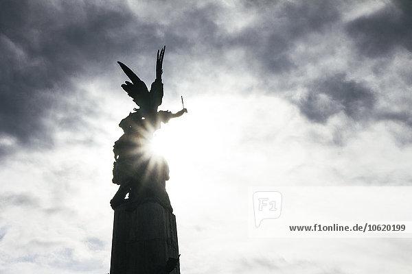 Spanien  Vitoria  Blick auf Engelsstatue im Gegenlicht