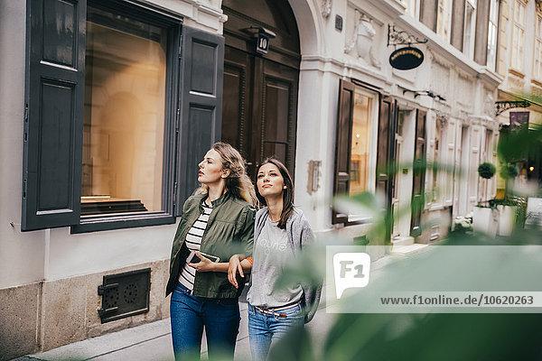 Österreich  Wien  zwei Freundinnen beim Erkunden der Altstadt