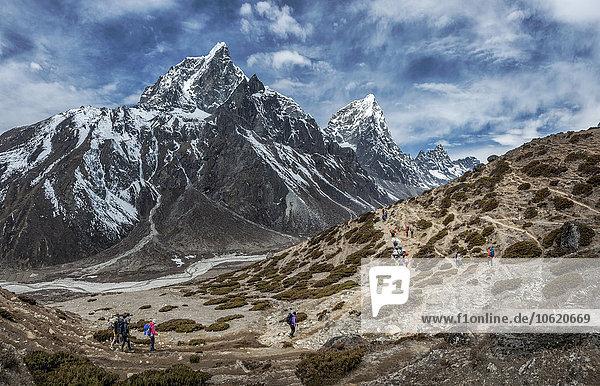 Nepal  Himalaya  Khumbu  Everest Region  Taboche  Bergsteiger überqueren Berge