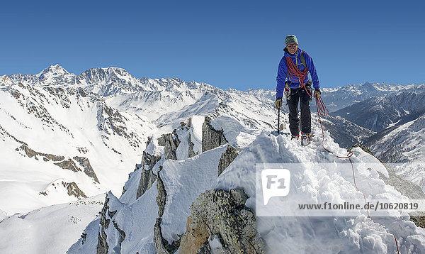 Italien  Grand St Bernard Pass  Mont Fourchon  lächelnder Mann auf dem Gipfel