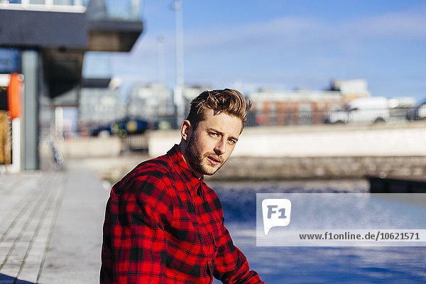 Irland  Dublin  Portrait eines jungen Mannes am Stadthafen