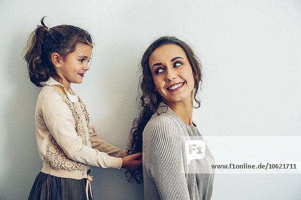 Lächelnde Mutter  die ihre Tochter ansieht.