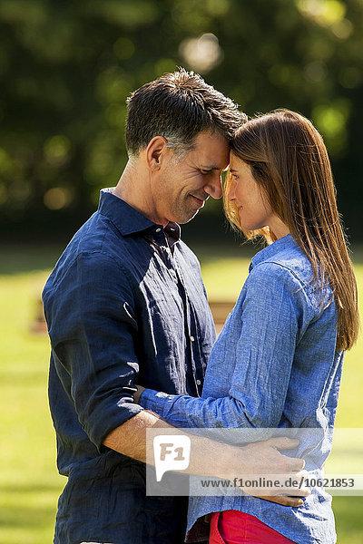 Glückliches Paar umarmt sich im Park