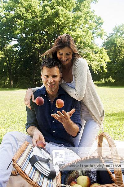 Glückliches Paar beim Picknick im Park