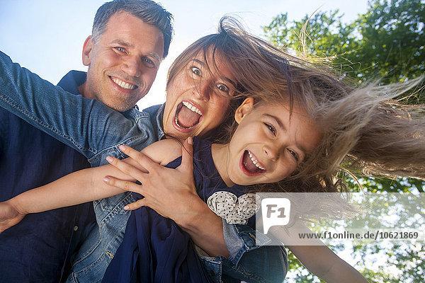 Eine glückliche Familie  die Spaß hat und vorgibt zu fliegen.