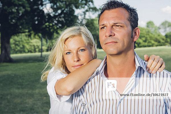 Porträt eines reifen Paares im Park