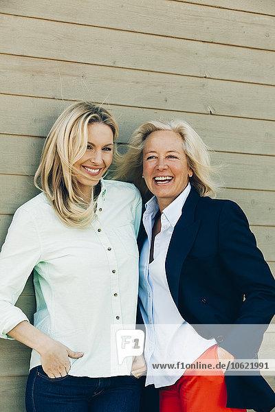 Porträt der glücklichen erwachsenen Tochter mit ihrer Mutter