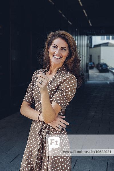 Porträt einer lächelnden brünetten Frau an der Unterführung
