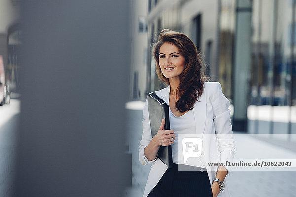 Geschäftsfrau im Freien mit Akte