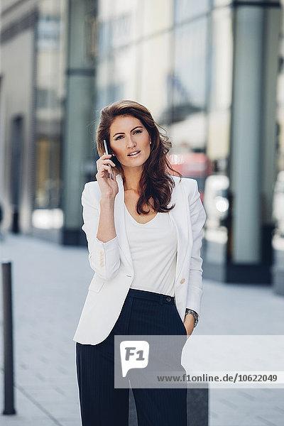 Geschäftsfrau im Freien am Handy
