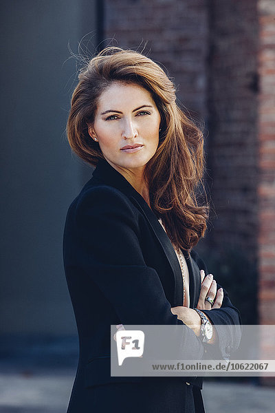 Porträt einer selbstbewussten Geschäftsfrau im Freien