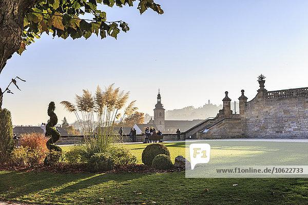 Deutschland  Bamberg  Blick auf die Abtei Michelsberg mit Pulic Garden im Vordergrund