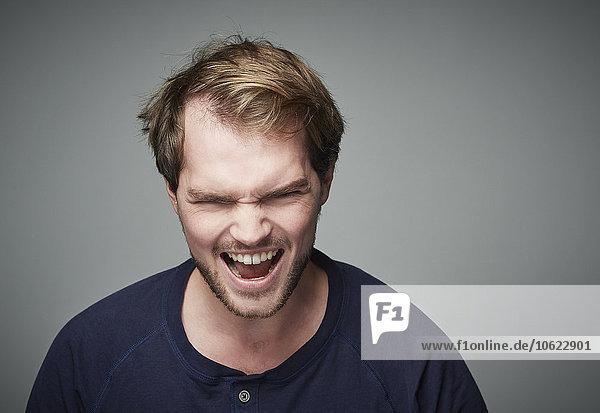 Porträt eines wütenden jungen Mannes