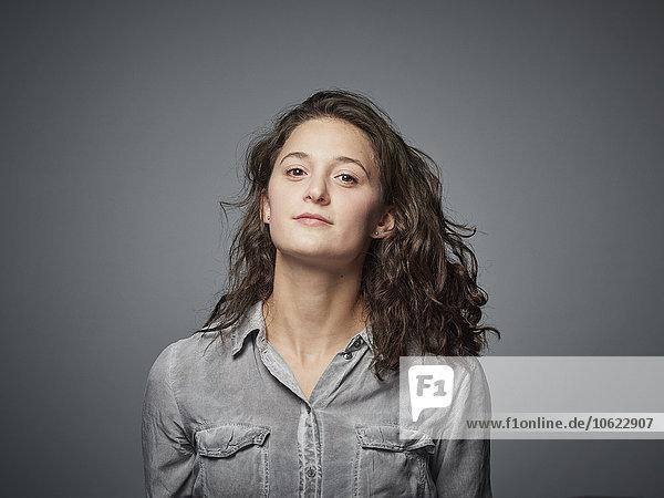 Porträt eines selbstbewussten brünetten Teenagermädchens