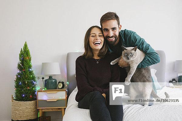 Porträt des Paares und seiner Katze zu Hause