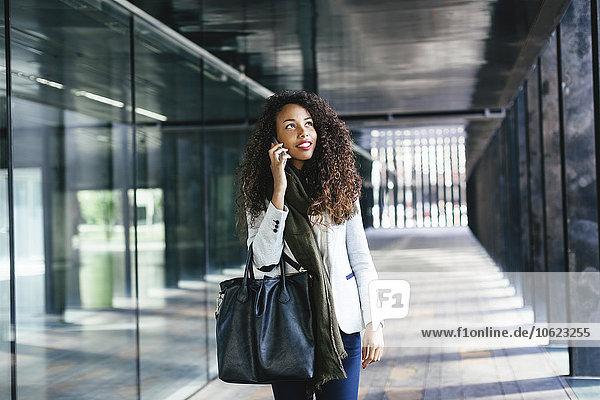 Junge Frau am Handy im Freien