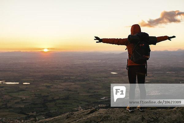 Spanien  Katalonien  Girona  Wanderin in der Natur mit Blick auf den Sonnenaufgang