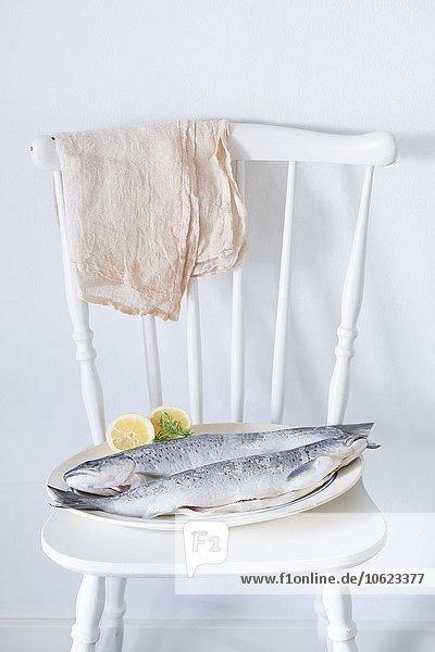 Zwei frische Lachsforellen auf Stuhl Zwei frische Lachsforellen auf Stuhl