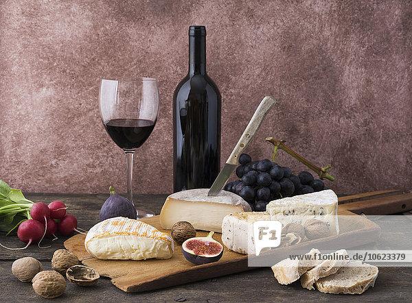 Käseplatte mit Camembert  Walnusskäse  Gorgonzola  Taleggio und Rotwein
