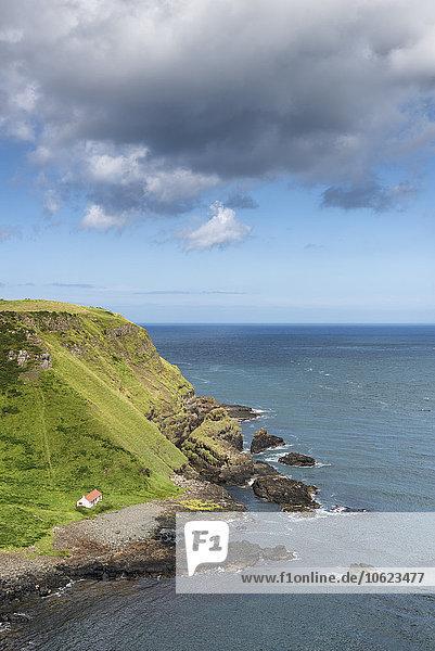 UK  Nordirland  County Antrim  einsames Fischerhaus in der Bucht von Port Moon