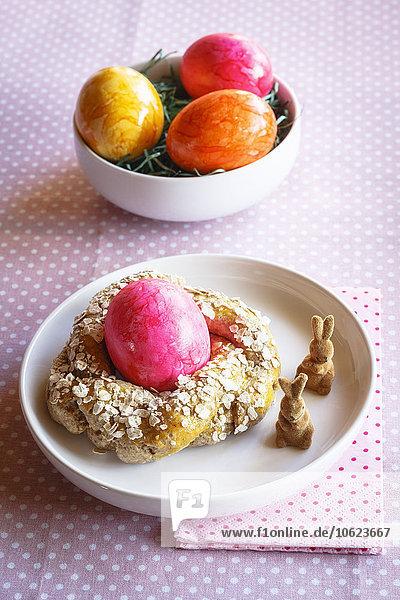 Osterfrühstück mit bunten Eiern