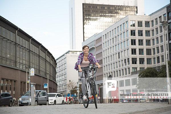 Deutschland  Berlin  junge Frau beim Radfahren